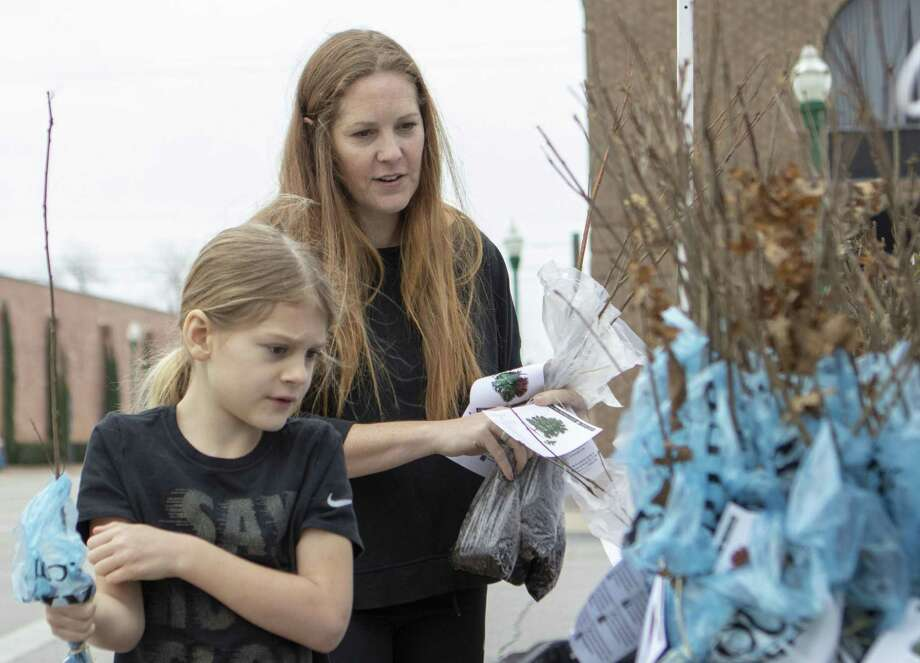 Magnolia resident Dawn Swirczek and her daughter Drew Swirczek pick up trees during Arbor Day on Saturday, Feb. 16, 2019 at Founder's Plaza in Conroe. Photo: Cody Bahn, Houston Chronicle / Staff Photographer / © 2018 Houston Chronicle