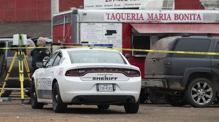 Montgomery County Sheriff's Office investigators process the scene where a man was fatally shot Saturday, Feb. 16, 2019 at Taqueria Maria Bonita in Cut in Cut and Shoot. Photo: Cody Bahn, Houston Chronicle / Staff Photographer / © 2018 Houston Chronicle