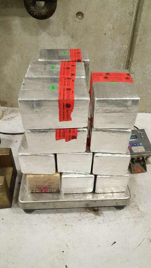 La foto muestra alrededor de 100 libras de metanfetamina. Los oficiales de CBP incautaron la droga a un hombre de Nuevo Laredo el 9 de febrero. Los narcóticos tienen un valor estimado en la calle de 2,2 millones de dólares. Photo: Foto De Cortesía /Oficina De Aduanas Y Protección Fronteriza