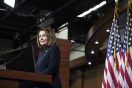 ARCHIVO - La presidenta de la Cámara de Representantes Nancy Pelosi se dirige a la prensa el 14 de febrero de 2019. Ella visitará Laredo el viernes 22 de febrero.