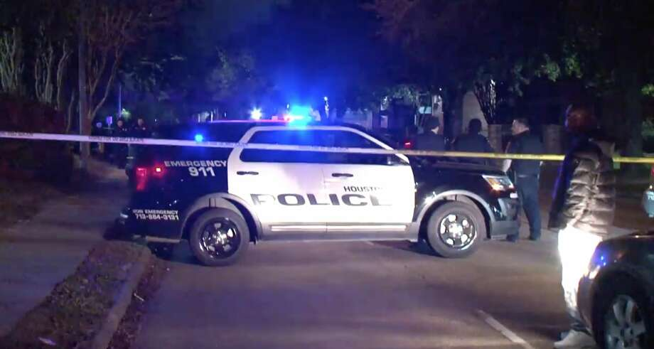 Driver dead after crashing into tree in north Houston - Chron - Los