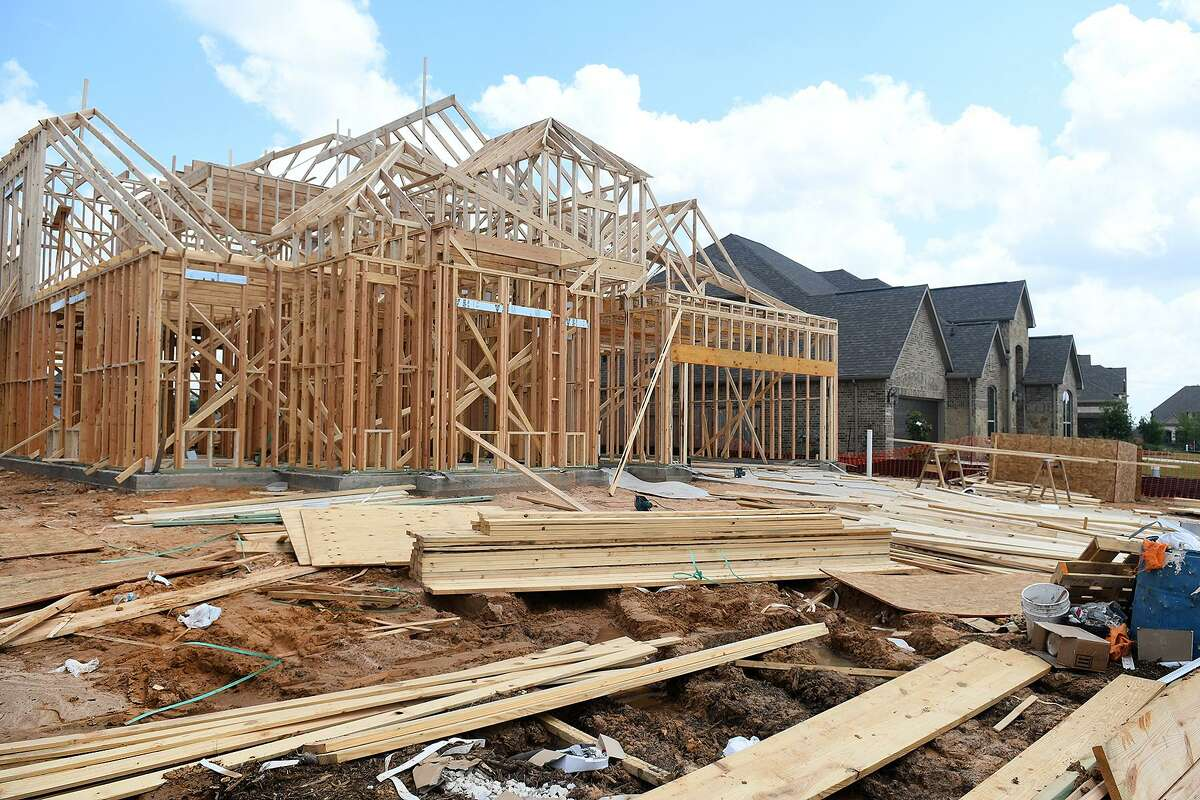 Home construction continues in The Lakes at Creekside community which has sprouted near the southwest corner of Kuykendahl and Hufsmith. (Photo by Jerry Baker/Freelance)