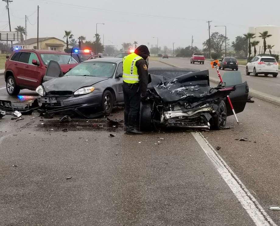 Un oficial de policía de Laredo en el lugar de una colisión de tres vehículos, el martes por la mañana, en 5200 de Bob Bullock Loop. Cinco personas resultaron heridas. Uno se encontraba en condición crítica, mientras que los otros no estaban gravemente heridos. Photo: Foto De Cortesía /Departamento De Policía De Laredo