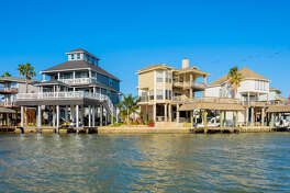The first thing to decide is what type of rental you want. The prices and rental terms vary depending on location, beach view, number of bedrooms and amenities.