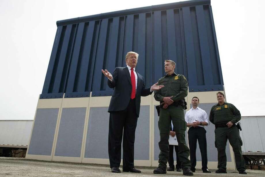 ARCHIVO — Esta foto del 13 de marzo del 2018 muestra al presidente estadounidense Donald Trump frente a un prototipo del muro que quiere construir en la frontera con México, en San Diego, California. Photo: Evan Vucci /Associated Press / Copyright 2018 The Associated Press. All rights reserved.