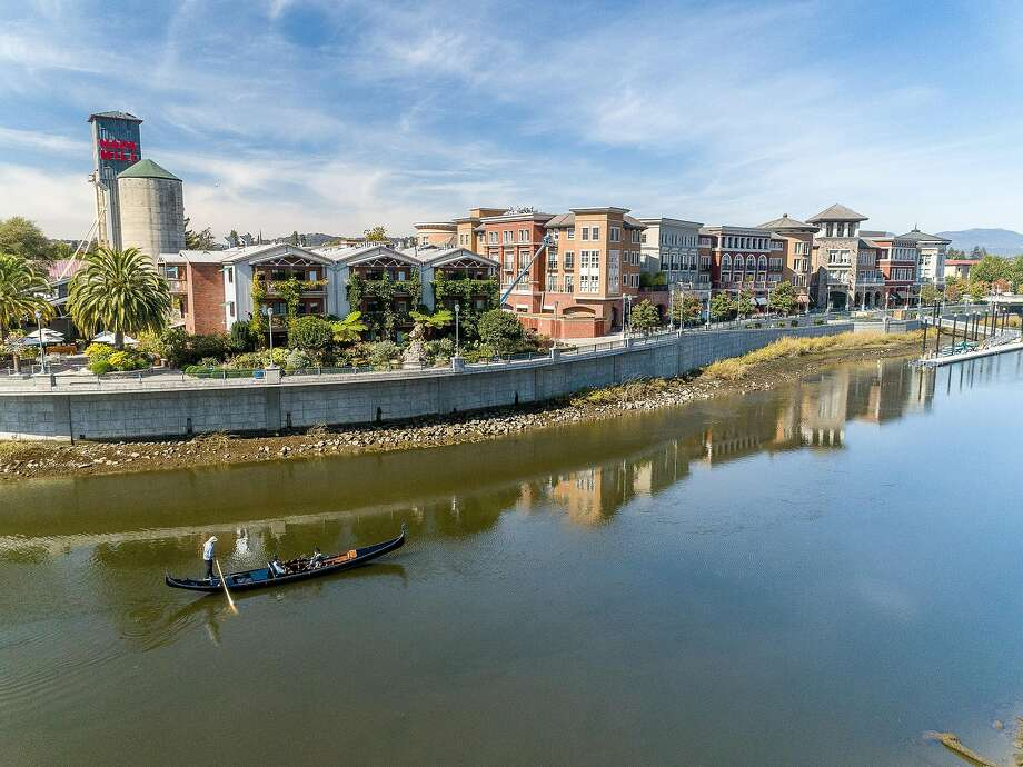 Gondola Servizio offers 30- and 60-minute loops around the Napa River in the heart of the downtown area. Photo: Courtesy: Gondola Servizio