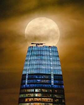 @liewdesign photographed the Supermoon crowning the Salesforce Tower.