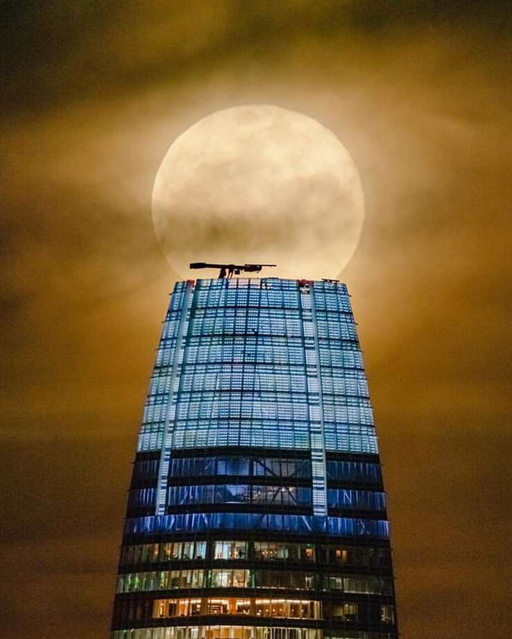 @liewdesign photographed the Supermoon crowning the Salesforce Tower. Photo: Instagram / Liewdesign