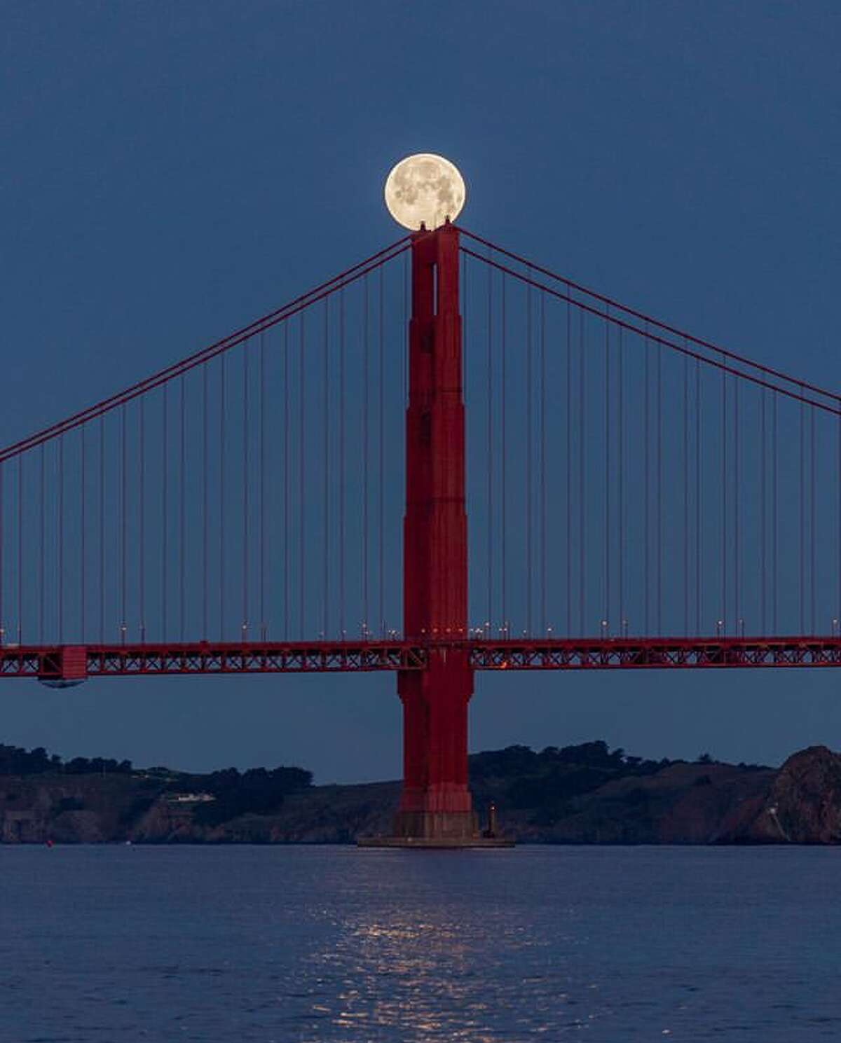 @dangallophotography found the Supermoon comes in contact with the Golden Gate Bridge.