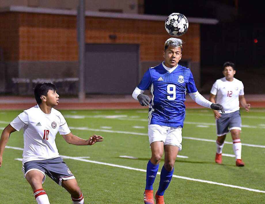 Sitting in first place in District 29-5A at 6-0, Alexis Gallardo and the Toros will host Calallen at Aranda Field on Friday. Photo: Cuate Santos /Laredo Morning Times File / Laredo Morning Times