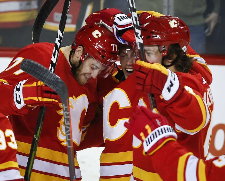 Flames players celebrate after Austin Czarnik's go-ahead goal in the third period. Photo: Jeff McIntosh / Associated Press