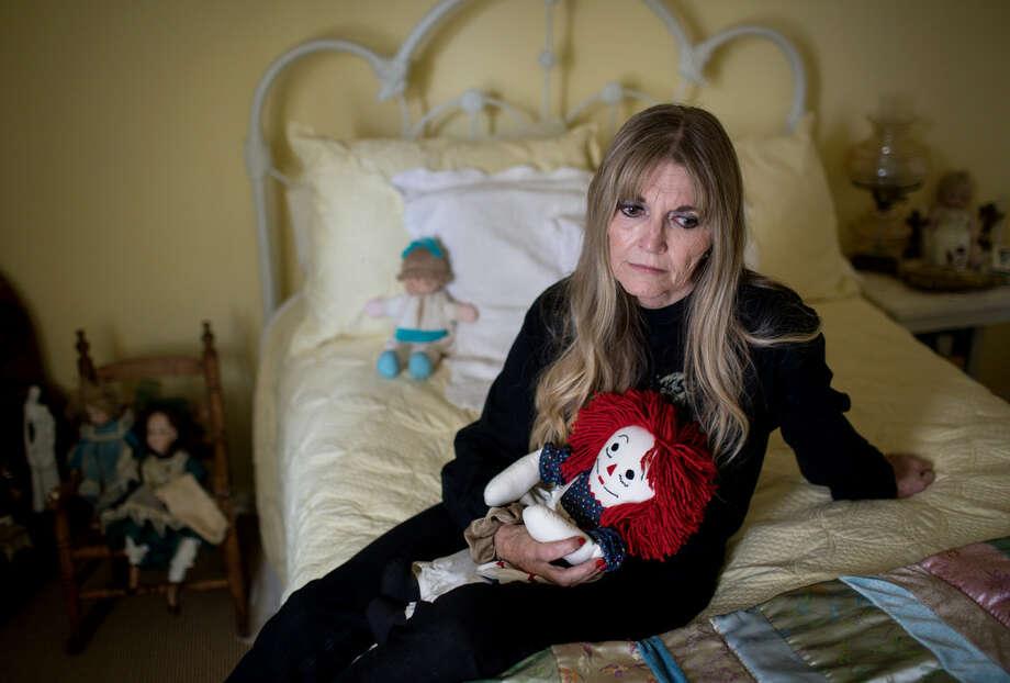 Gwen Casados se sienta sobre la cama de su hija Heather Schneider, víctima de abuso sexual en la Segunda Iglesia Bautista de Houston en 1993 y que falleció 14 años después por una sobredosis de drogas. Photo: Jon Shapley / Houston Chronicle