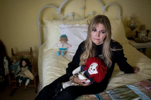 Gwen Casados se sienta sobre la cama de su hija Heather Schneider, víctima de abuso sexual en la Segunda Iglesia Bautista de Houston en 1993 y que falleció 14 años después por una sobredosis de drogas.