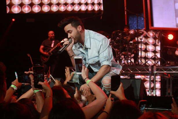 Prince Royce canta en el Latino Mix Live, en el Toyota Center, durante una visita previa a Houston. El cantante de bachata de origen dominicano actuará por primera vez en el Rodeo.