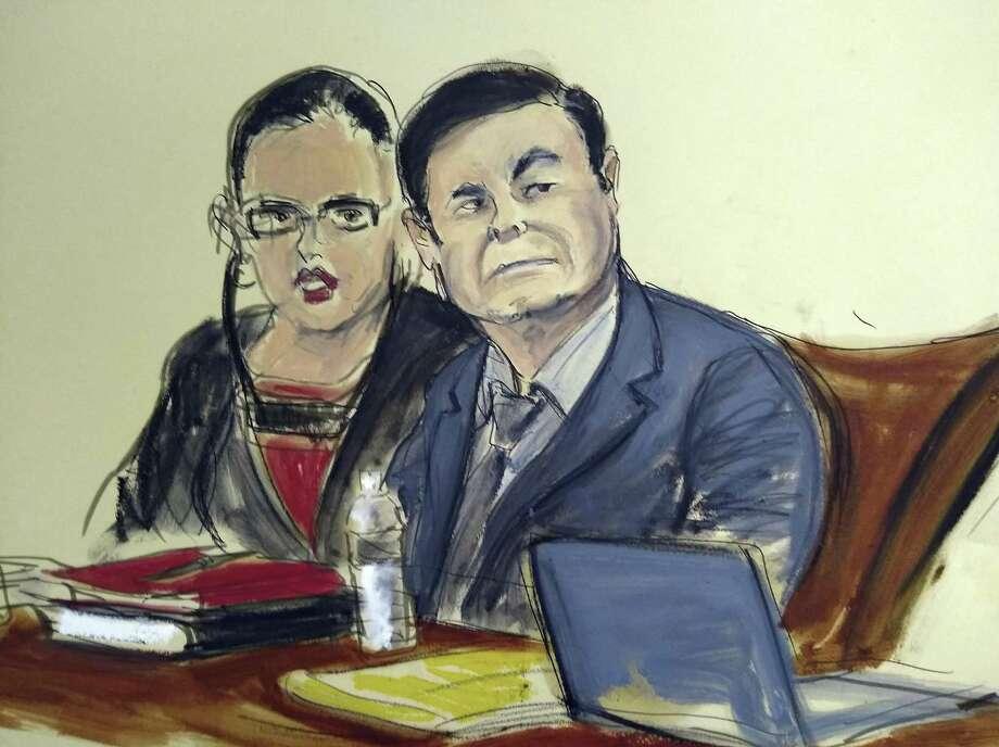 """ARCHIVO - En este boceto del 4 de febrero de 2019, Joaquín """"El Chapo"""" Guzmán está sentado junto a su intérprete durante su juicio en Nueva York. Photo: Elizabeth Williams /Associated Press / Copyright 2019 The Associated Press. All rights reserved."""