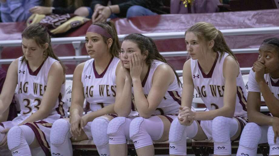 The Mustangs watch on as the last few seconds of a regional semifinal playoff basketball game tick down Friday at the M. O. Campbell Educational Center in Aldine. Photo: Cody Bahn, Houston Chronicle / Staff Photographer / © 2018 Houston Chronicle