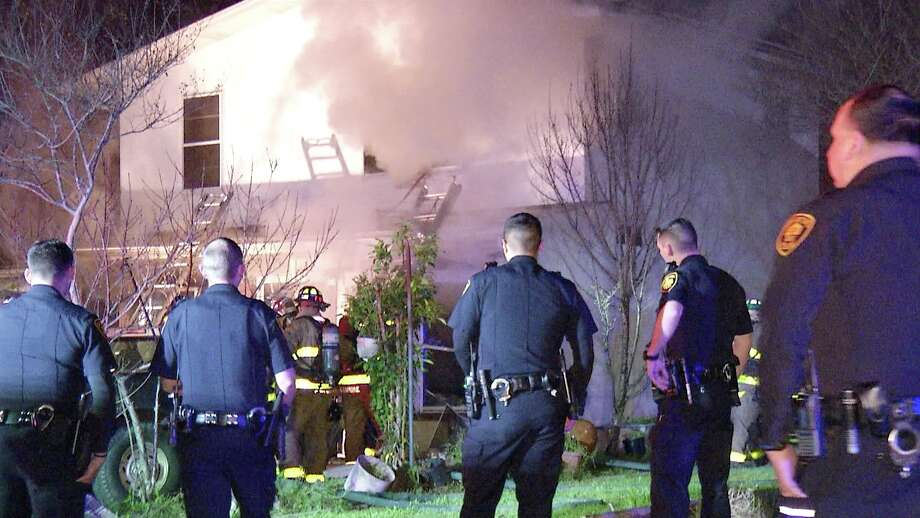A man dies in a house fire early Monday morning on the Northwest Side. Photo: Ken Branca