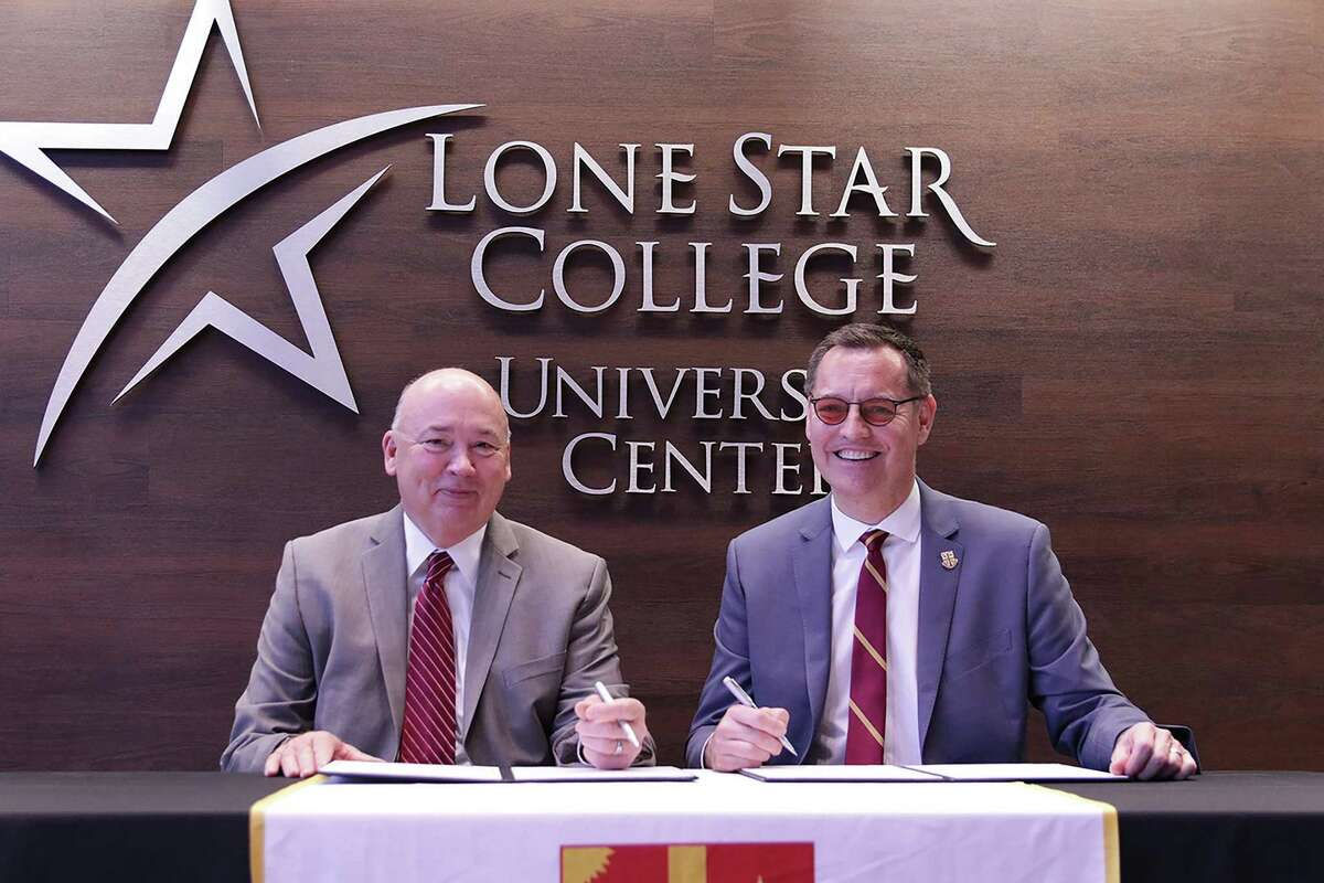 Stephen Head, Lone Star College chancellor, left, and Richard Ludwick, University of St. Thomas president, sign an agreement to bring UST advising services to LSC-University Center in The Woodlands.