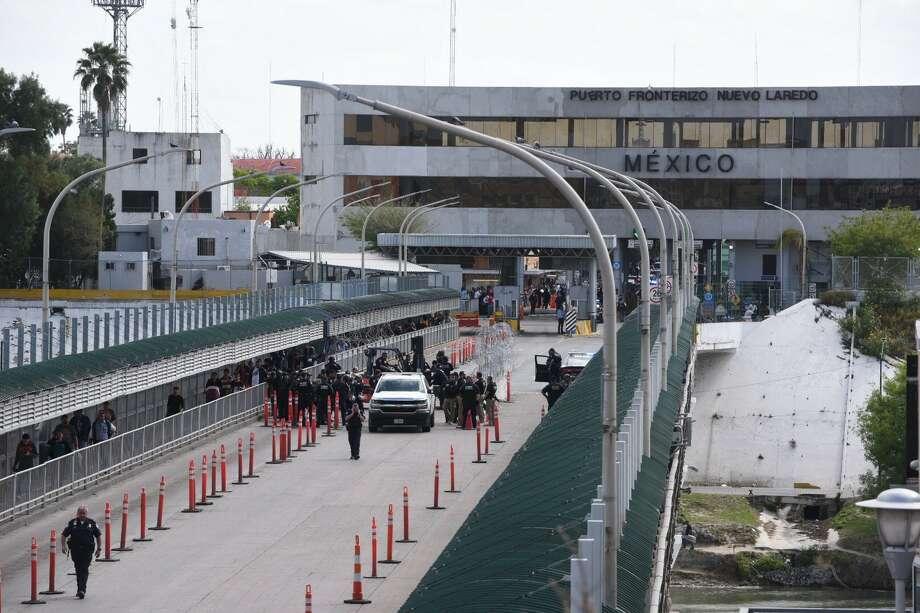 Gateway to the Americas Bridge closes as migrants try to cross into Laredo, authorities said. Photo: Danny Zaragoza