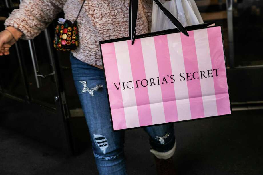 A customer carries a shopping bag while exiting a Victoria's Secret Stores LLC store, a subsidiary of L Brands Inc., in New York, U.S., on Wednesday, Nov. 14, 2018. Photo: Jeenah Moon / Bloomberg / © 2018 Bloomberg Finance LP