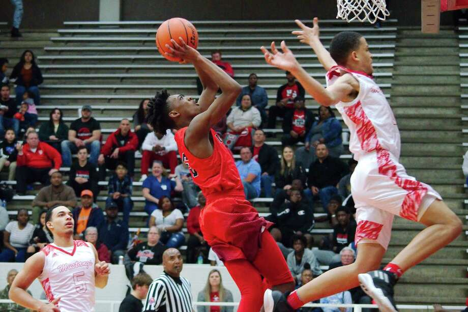 Dawson's D.K. Thorn (5) tries to put up a shot over North Shore's Joshua Cooper (0) Tuesday in Pasadena. Photo: Kirk Sides / Staff Photographer / © 2018 Kirk Sides / Houston Chronicle