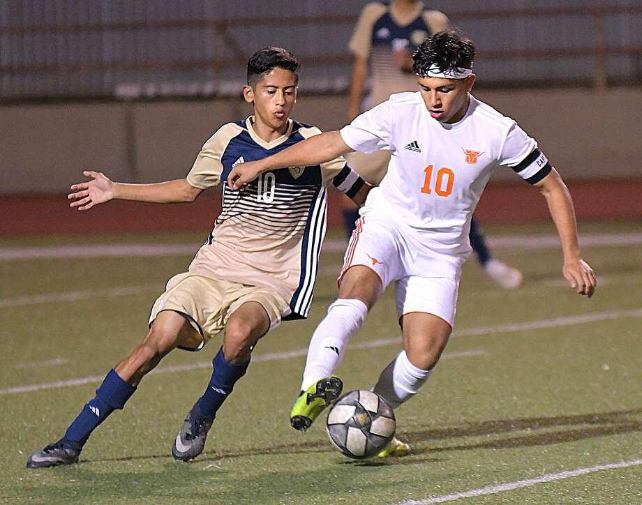 Adrian Martinez and the Bulldogs fell to Rudy Bazan and the Longhorns Tuesday. Photo: Cuate Santos /Laredo Morning Times / Laredo Morning Times