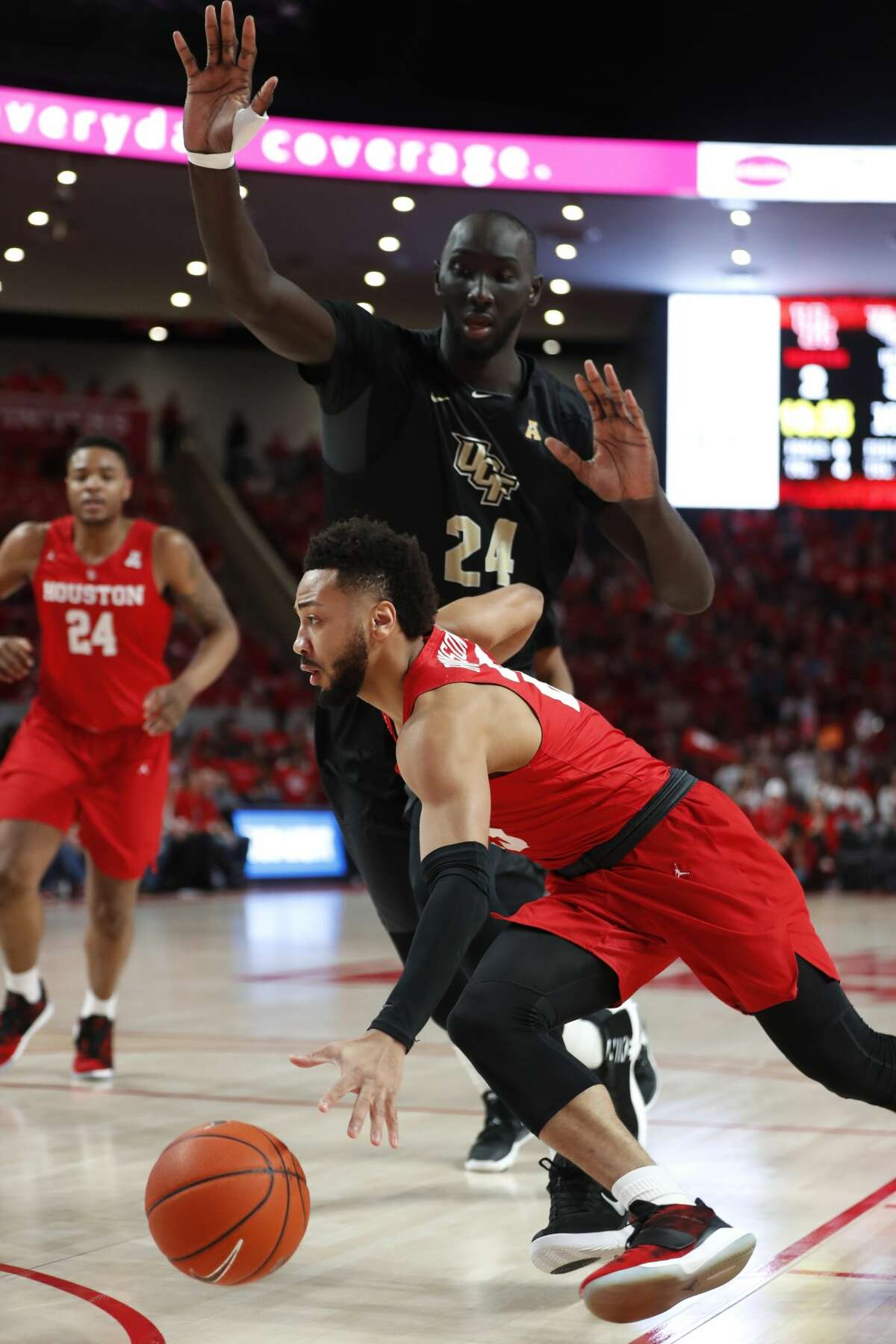 Houston guard Galen Robinson Jr. (25) drives to the basket past Central Florida center Tacko Fall (24) during the first half on a NCAA basketball game at Fertitta Center on Saturday, March 2, 2019, in Houston.