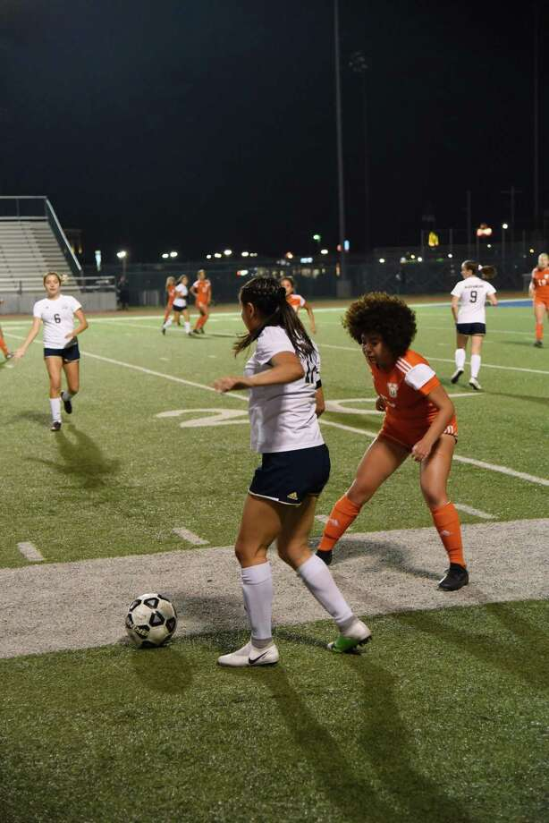 Alexander is attempting to bounce back from its first district loss as it faces Nixon at 7:30 p.m. Tuesday at Krueger Field, and United hits the road for a 7 p.m. game at Del Rio. Photo: Christian Alejandro Ocampo /Laredo Morning Times File / Laredo Morning Times