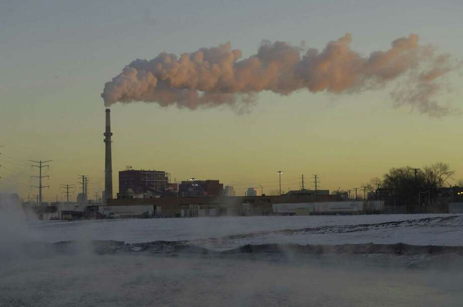Midwest Generation's Fisk plant, a coal-fired power plant in Chicago, spews gases from a smokestack on Friday, Dec. 8, 2006. Illinois' coal-fired power plants must cut mercury emissions 90 percent by 2009, under a rule approved Tuesday, De. 12, that makes Illinois the latest state to buck federal limits many consider too lax. (AP Photo/Chicago Tribune, David Klobucar) Photo: David Klobucar / AP / CHICAGO TRIBUNE
