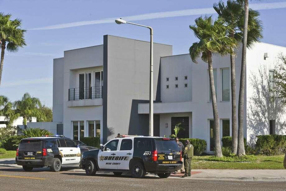 Los agentes del Alguacil del condado de Webb allanaron una casa en la esquina de Burke Drive y Reserve Drive el martes. Photo: Danny Zaragoza /Laredo Morning Times / Laredo Morning Times