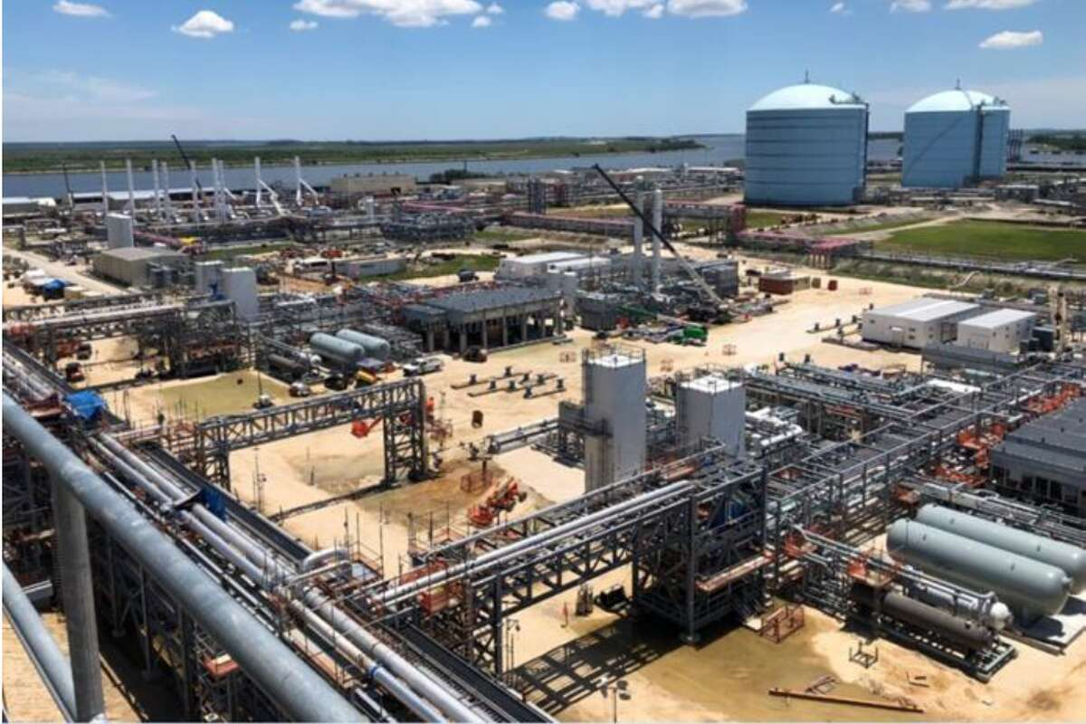 In a Wednesday morning order, the Federal Energy Regulatory Commission gave Kinder Morgan permission to start introducing feed gas into the first of 10 production units being built at Elba Island LNG, a liquefied natural gas plant and export terminal in Savannah, Georgia.