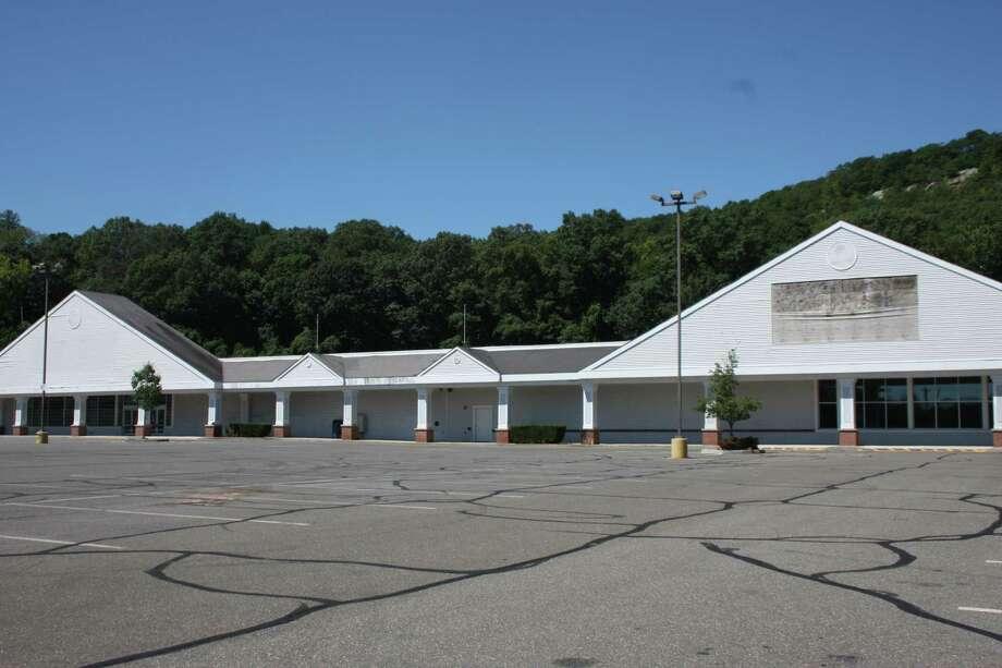 Tri-Town Plaza in Seymour Photo: Jean Falbo-Sosnovich / For Hearst Connecticut Media