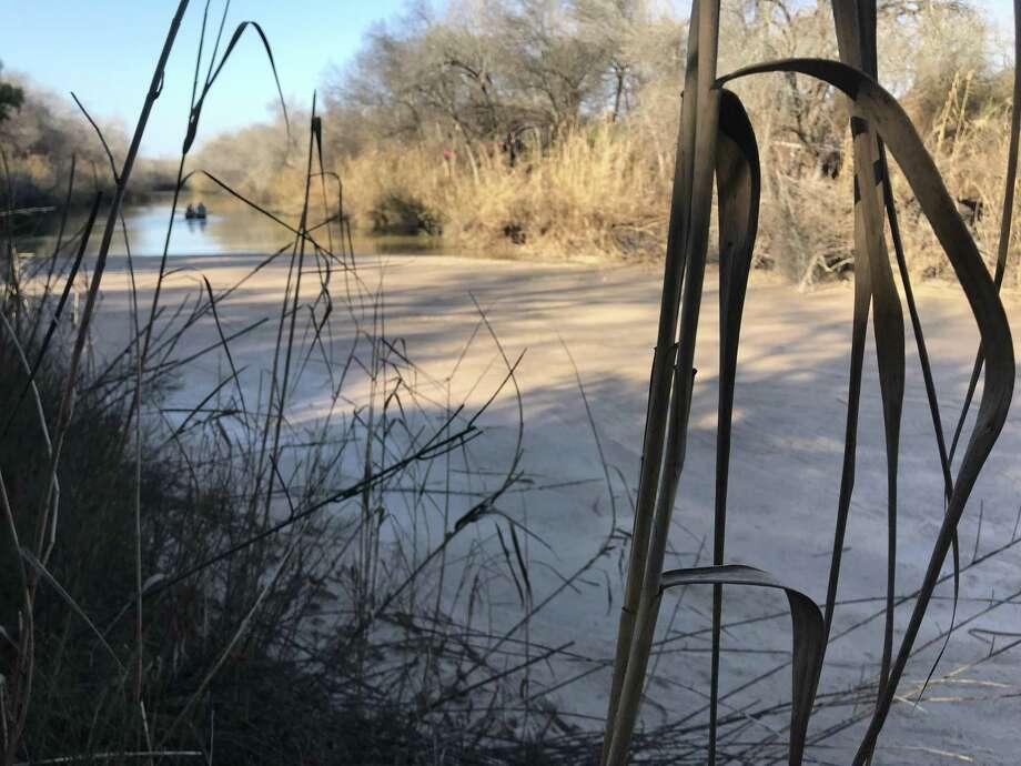 El arroyo se encuentra bloqueado con barro que se extiende de orilla a orilla, por más de 100 pies. Photo: Foto De Cortesía /RGISC