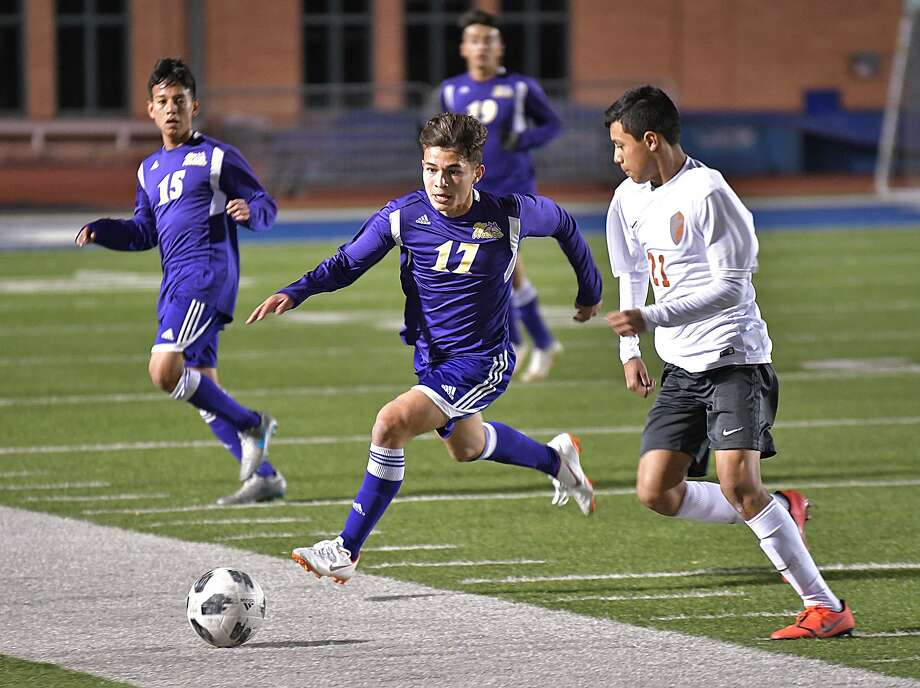Omar Merla and LBJ play United South in the last regular season game Tuesday. The Wolves have beaten the Panthers twice this year. Photo: Cuate Santos /Laredo Morning Times File / Laredo Morning Times