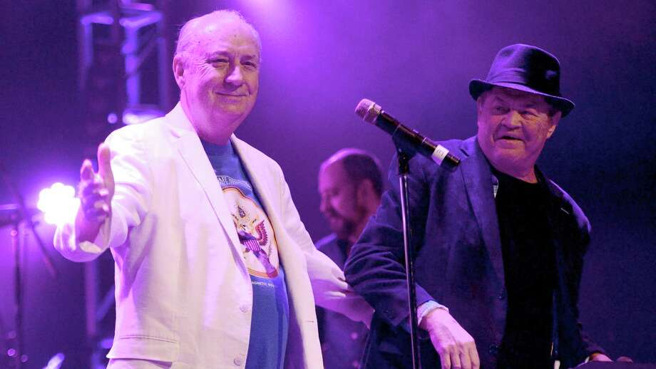 Mike Nesmith and Mickey Dolenz on tour (Getty Images)