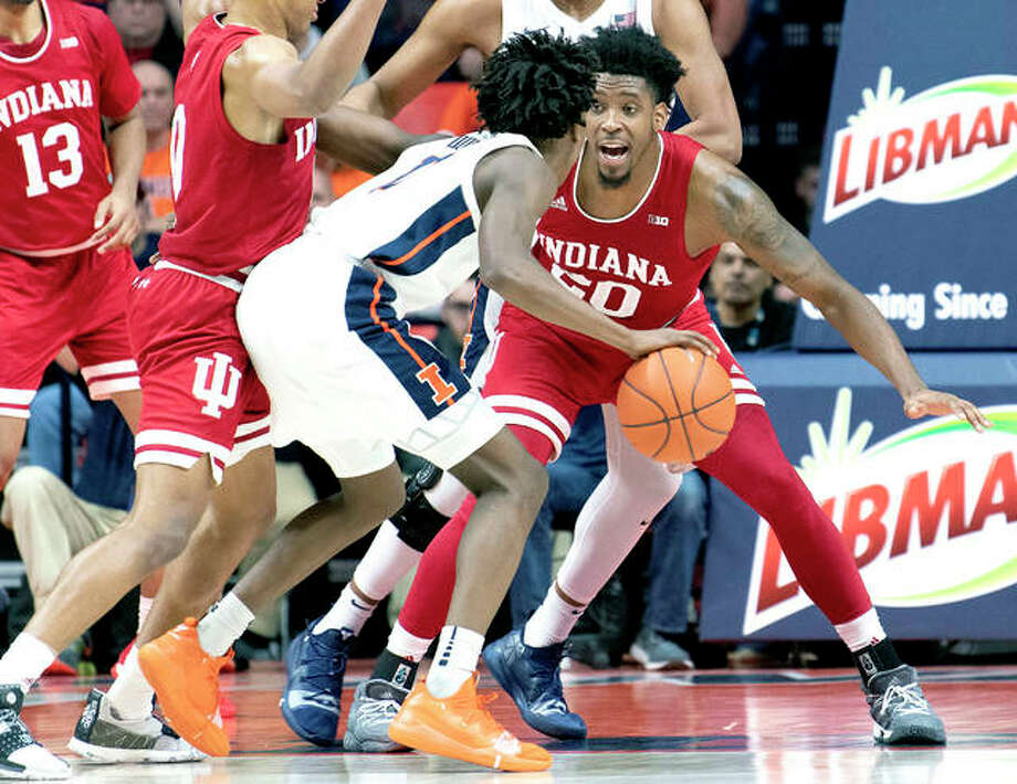 Indiana's De'Ron Davis (20) guards Ayo Dosunmu of Illinois (11) during Thursday night's game in Champaign. Photo: AP Photo