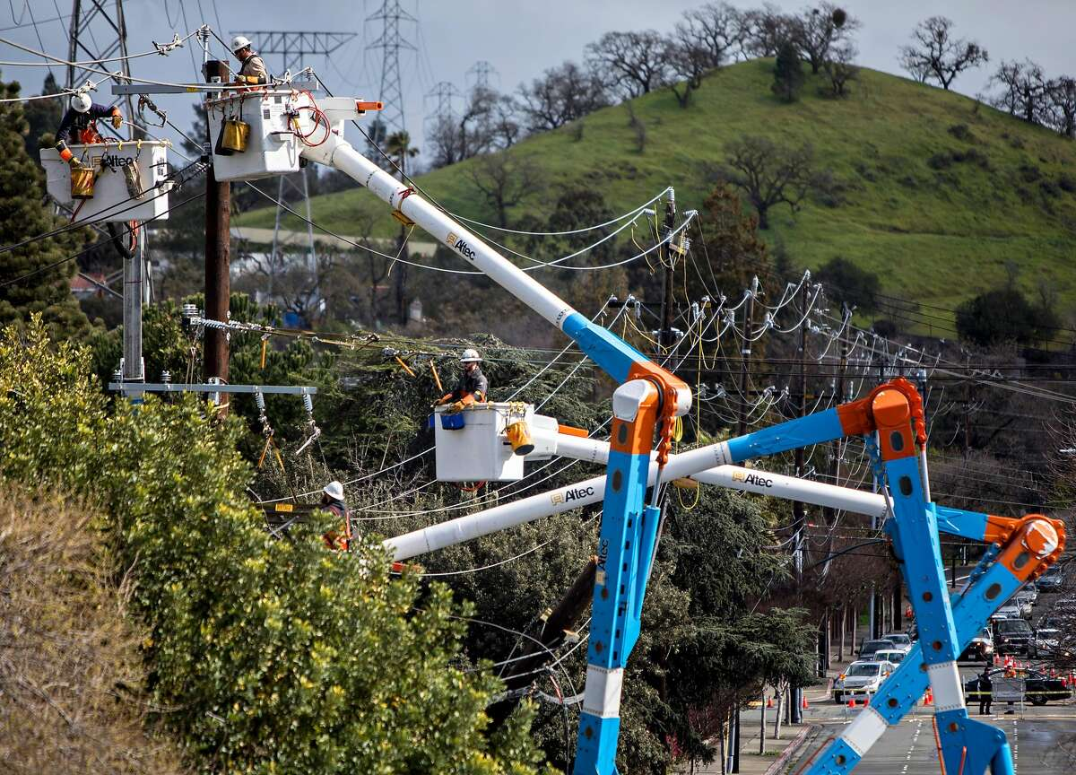 PG&E crews work to restore power along Ygnacio Valley Road near Civic Drive in Walnut Creek, Calif. Wednesday, Feb. 27, 2019 after a large tree fell across Ygnacio Valley Road due to heavy overnight winds and rain, blocking traffic in both directions.