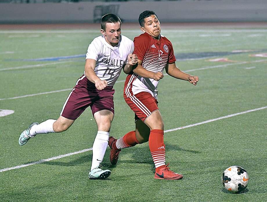Manuel Farfan and Martin defeated Calallen Friday. Photo: Cuate Santos /Laredo Morning Times / Laredo Morning Times