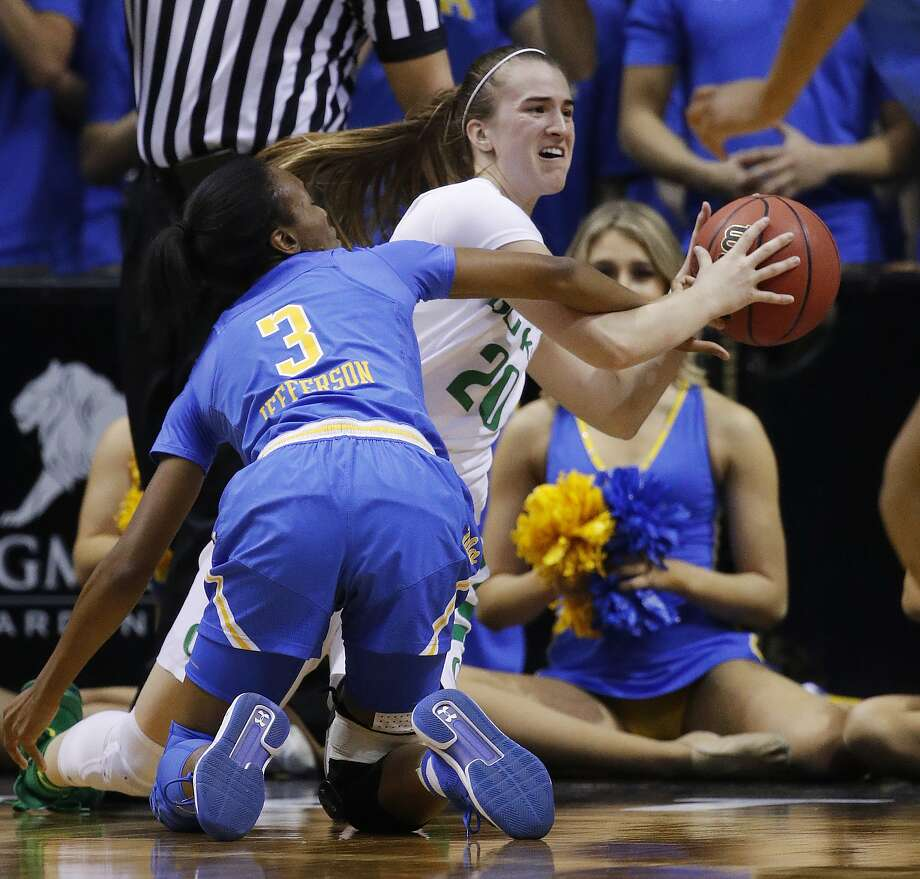 Oregon's Sabrina Ionescu (20) and UCLA's Kiara Jefferson (3) scramble for the ball during the first half of a Pac-12 semifinal in Las Vegas. Photo: John Locher / Associated Press