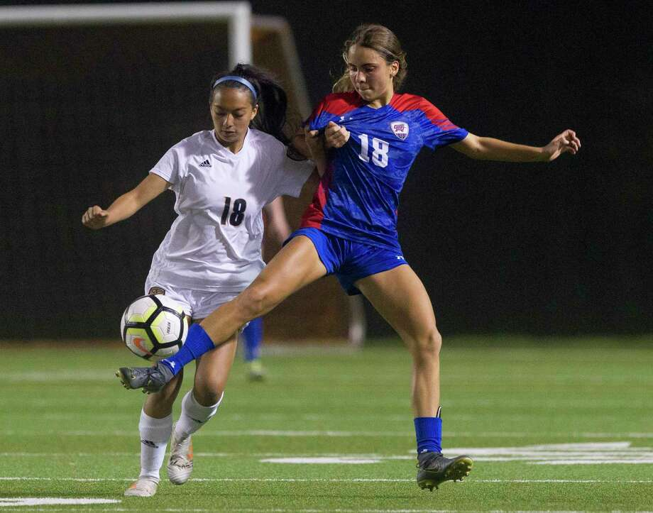 Melissa Landon #18 of Oak Ridge makes a pass in front of Alezandria Lopez #18 of Klein Collins during the second period of a District 15-6A high school soccer match at Woodforest Bank Stadium, Wednesday, Feb. 27, 2019, in Shenandoah. Photo: Jason Fochtman, Houston Chronicle / Staff Photographer / © 2019 Houston Chronicle