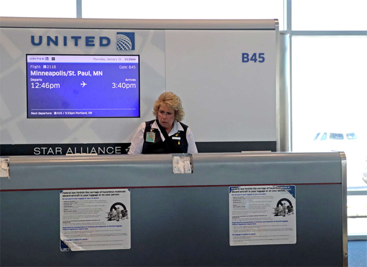 A United test lets gate agents delay a departure to wait for late connecting passengers.