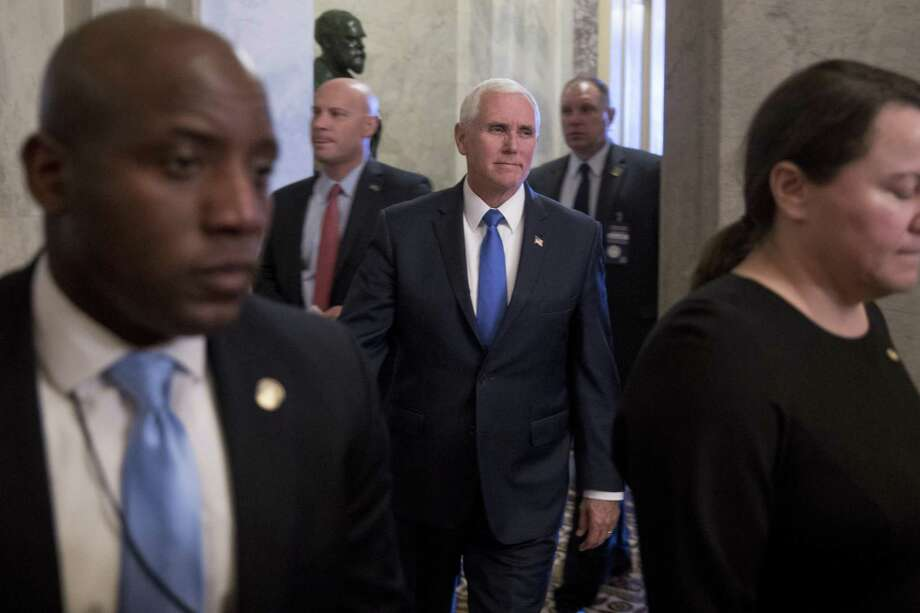 El vicepresidente Mike Pence, al centro, sale de la sede del Congreso en Washington el martes 12 de marzo de 2019. Photo: Andrew Harnik /Associated Press / Copyright 2019 The Associated Press. All rights reserved