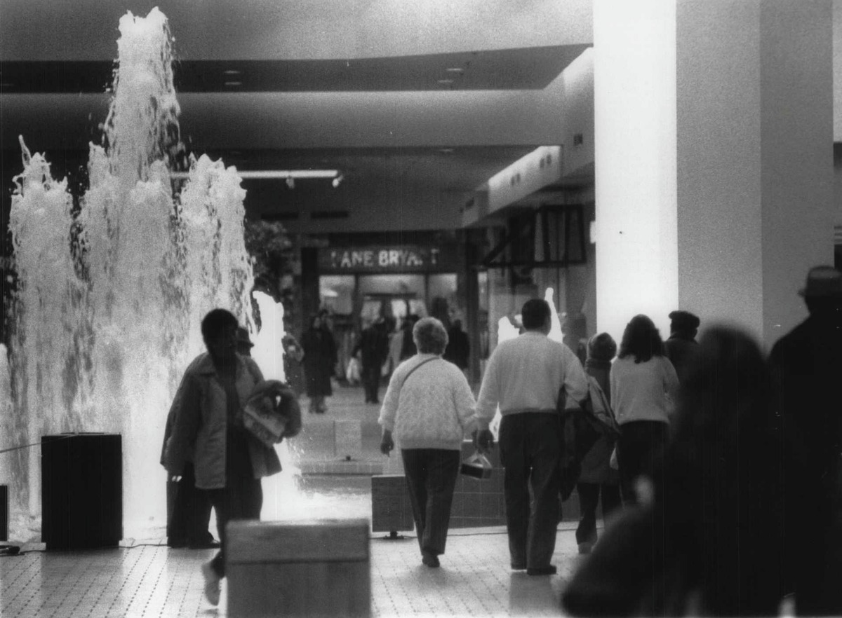 Shoppers walk past fountain in Rotterdam Square Mall, New York. February 13, 1989 (Times Union Archive)