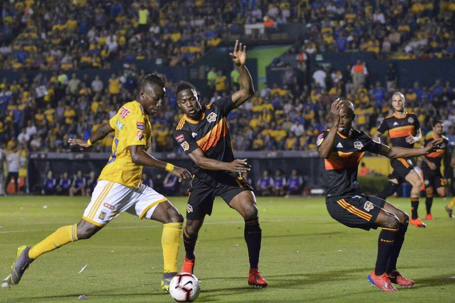 MONTERREY, MEXICO - MARCH 12: Julián Quiñones of Tigres fights for the ball with Alberth Elis of Houston Dynamo during the match between Tigres UANL and Houston Dynamo as part of the CONCACAF Champions League at Universitario Stadium on March 12, 2019 in Monterrey, Mexico. Photo: Azael Rodriguez, Getty Images / 2019 Getty Images