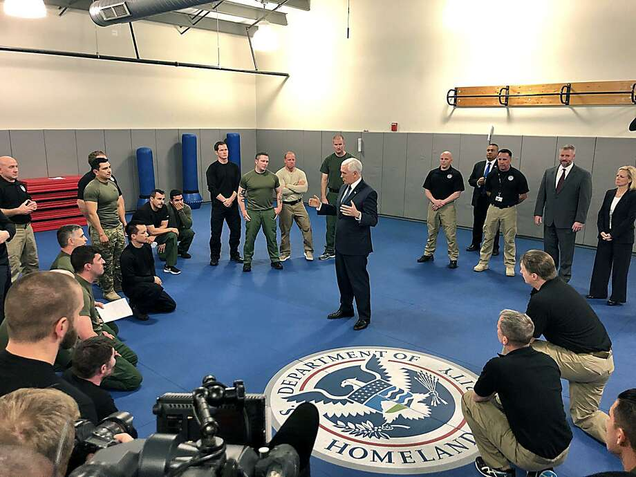 El vicepresidente Mike Pence durante su visita al Centro de Capacitación Avanzada de Aduanas y Protección Fronteriza de los EE. UU. A las afueras de Harpers Ferry, Virginia Occidental, el miércoles 13 de marzo de 2019. Photo: C. J. Lovelace /Associated Press / The Herald-Mail