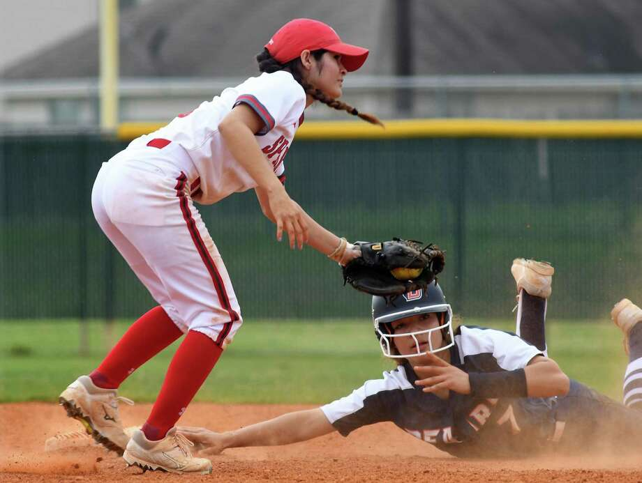 Bridgeland sophomore shortstop Kylee Gibson (7) tries to avoid a tag by Cy Lakes 2nd baseman Abriana Garcia on a play at second base in the top of the 4th inning of their District 14-6A matchup with Cy Lakes at CLHS on March 12, 2019. Photo: Jerry Baker, Houston Chronicle / Contributor / Houston Chronicle