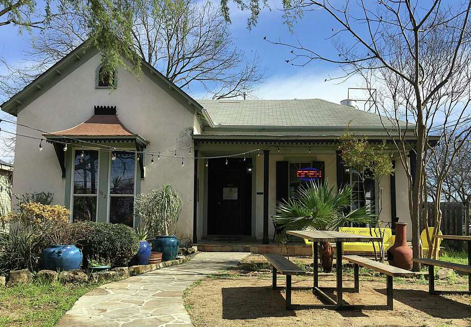 Burnwood '68, a barbecue restaurant is leaving it's spot on North Flores Street for Redland Road. Photo: Mike Sutter /Staff File Photo