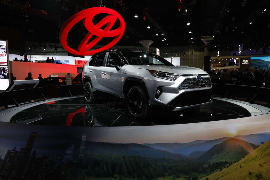 A Toyota RAV4 XSE hybrid vehicle displayed ahead of the Los Angeles Auto Show in Los Angeles on Nov. 28, 2018. Photo: Bloomberg Photo By Patrick T. Fallon. / © 2018 Bloomberg Finance LP