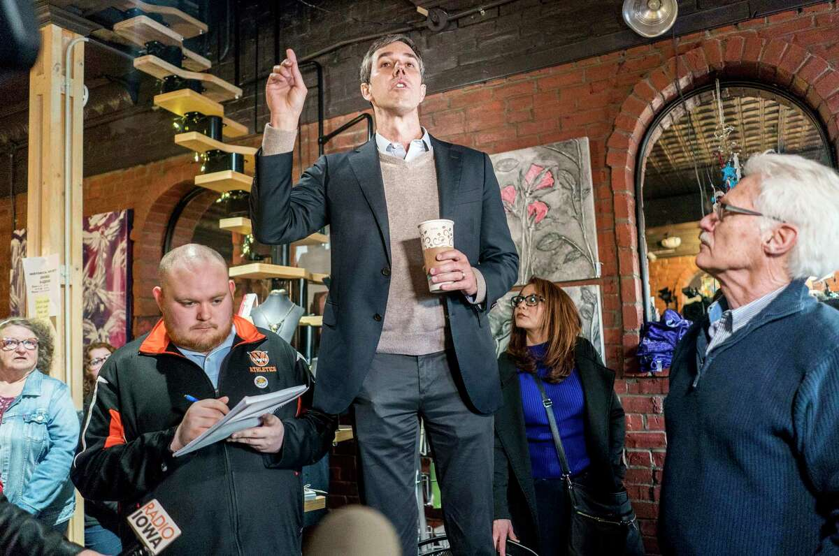 Beto O'Rourke meets Iowa voters at The Lost Canvas in downtown Keokuk, Iowa, on Thursday. MUST CREDIT: Washington Post photo by Melina Mara