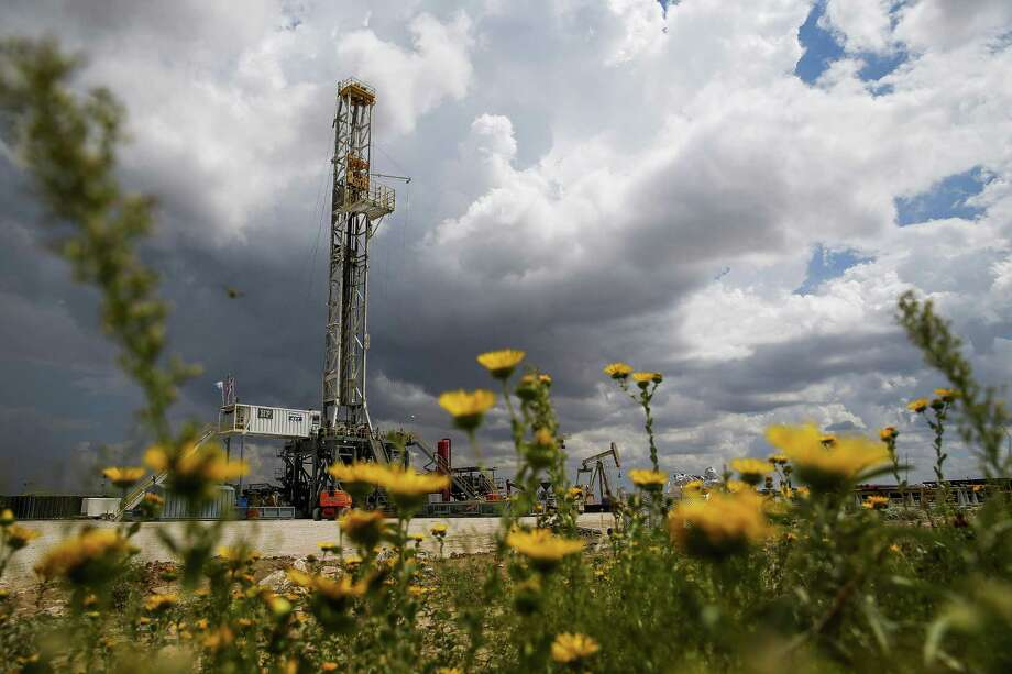 A Diamondback Energy oil rig drills for oil and gas Wednesday, Sept. 14, 2016 outside of Midland. Photo: Michael Ciaglo, Staff / Houston Chronicle / © 2016  Houston Chronicle